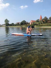 SUP  Yoga in deiner Surfschule Kühlunsgborn. Das STand Up Paddling macht Spaß .Melde dich jetzt für deinen Stand Up Paddling Kurs in deiner Wassersportschule Rerik an.