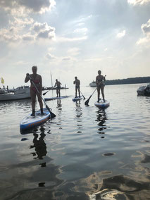 Stand Up Paddling in der Gruppe. Lerne Paddeln an der Ostsee und lernen neue Freunde kennen. Stand Up paddling ist der neue Trendsport und entspannt Körper und Geist. Komm vorbei in deiner Surfschule Kühlungsborn.
