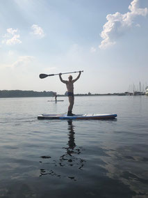 Stand Up paddling in deiner Surfschule Rerik. Komm vorbei und lerne Stand Up Paddling in deinem Stand Up Paddling Kurs an der Ostsee . Deine Surfschule Kühlungsborn wartet auf dich!