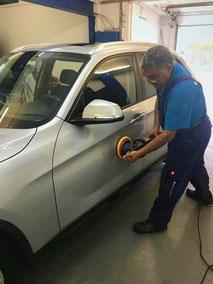 Mitarbeiter von Wash Clean Bochum bei der Autoaufbereitung