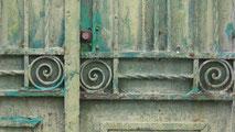 Spiralstruktur an grünem Tor.