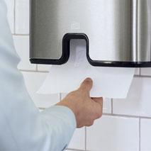 Abbildung  Sanitärbereich mit einem Handtuch-Spender von TORK