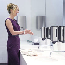 Abbildung Sanitärbereich mit Seifenspendern und Handtuch-Spender