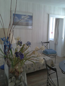 """Appartement pour 1 à 3 personnes """"Le Gîte des deux ponts"""" au 1er étage, pour amis, famille avec enfants, côté cour et côté jardin, vue sur jardin  enf"""