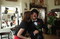 Charlie Chaplin verteilt Rosen