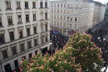 Blick von oben am 1.Mai: Myfest in Kreuzberg, Adalbertstrasse Ecke Naunynstrasse in SO36. Foto: Helga Karl