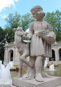Figuren am Wasserrand des Märchenbrunnens: Brüderchen und Schwesterchen. Foto: Helga Karl