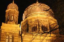 Berlin-Mitte: Erleuchtete Kuppel der Jüdischen Synagoge bei Nacht. Foto: Helga Karl