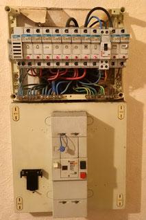 Rénovation d'un tableau électrique à Albertville par Arnaud, électricien. Séquence 1 : avant, des portes fusibles, les neutres en commun et pas d'interrupteur différentiel