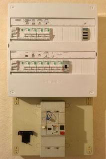 Rénovation d'un tableau électrique à Albertville par Arnaud, électricien. Séquence 4 : Le nouveau tableau terminé, refermé pour votre sécurité et les circuits sont identifiés