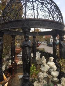 Exlusiver Pavillion mit Skulpturen