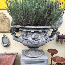 Pflanzgefaess Antik mit Figuren