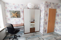 Schreibtisch und Kleiderschrank