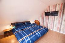Großes Doppelbett mit durchgehender Matratze