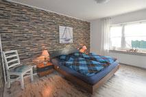 Großes gemütliches Doppelbett für gesunden Schlaf