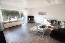 Großes, helles Wohnzimmer mit Kuschelcouch