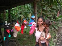 Eine Tica mit Tochter an der Karibik