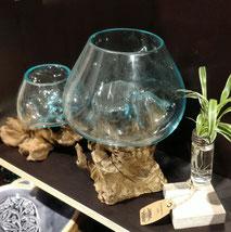 Geschmolzenes Glas auf Holz und andere Dekoartikel.