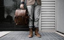 mans underkropp med väska