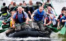 män åker forsränning i militärbyxor