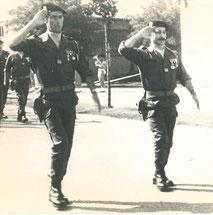 De g. à d. : CBA MARIN, CBA ZEKIAN défilant derrière le chef de corps