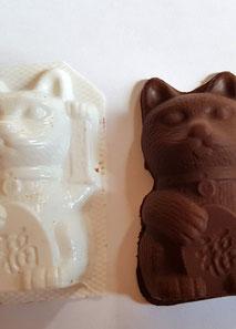 Hier die Katze voll mit Schokolade gefüllt und zu fest zum Zubeissen