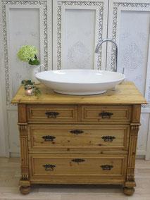 Waschtisch mit heller Holzplatte