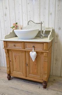 Landhaus-Waschtisch mit Marmorplatte