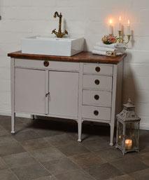 Badezimmer-Waschtisch im Vintage-Look
