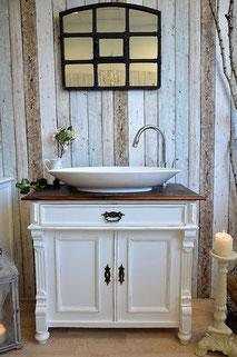 Weißer Waschtisch mit Holzplatte