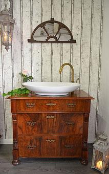 Badmöbel-Waschtisch aus dunklem Holz