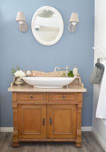 Landhaus-Waschtisch mit heller Marmorplatte