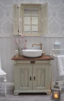 Landhaus-Waschtisch mit Verzierung