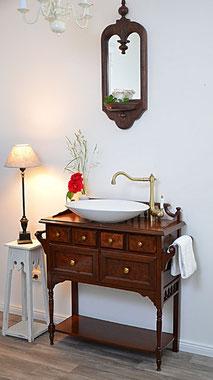 Eleganter Waschtisch im Kolonial-Stil