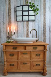 Waschtisch im Landhaus-Stil aus hellem Holz