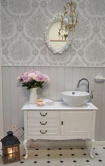 Romantischer Waschtisch in weiß
