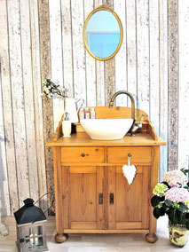 Badmöbel-Waschtisch aus hellem Holz