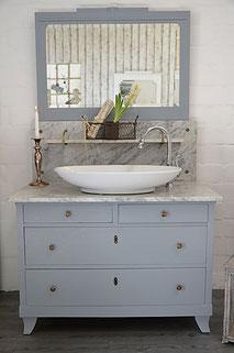 Waschtisch mit Marmorplatte und Spiegelaufsatz