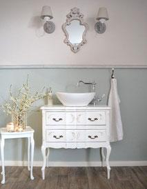 Zierlicher Waschtisch im Barock-Stil