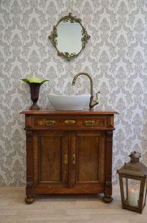 Antiker Waschtisch mit dunkler Holzplatte