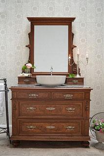 Dunkle, antike Spiegelkommode mit Becken