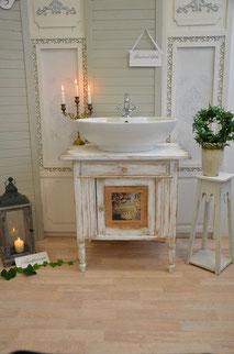 Badezimmer Waschtisch im verspielten Shabby-Chic Look