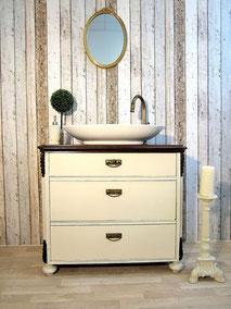 Waschtisch in creme-weißer Pastellfarbe