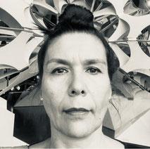 Frau vor Kunst-Skulptur