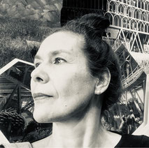 Frau vor moderner Architektur