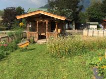 Hütte mit Bienenstand