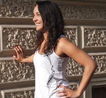 Chau Tatau Südsee Mode Damen Frauen Ladies Shirts Maori Tribal Tattoo Motive Bedeutung Tiki weiblich besonders exklusiv bio organic nachhaltig handbedruckt Qualität exklusiv top weiss schwarz Geschenk spirituell polynesisch weiblich Konturen