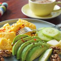 Kerstins Keto, Parmesanrührei mit Avocado und Walnüssen