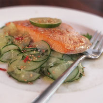 Kerstins Keto, Limetten-Sesam Lachs mit Koriander-Gurkensalat