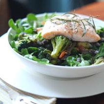 Kerstins Keto, Blattsalat mit Brokkoli und gebratenem Lachs